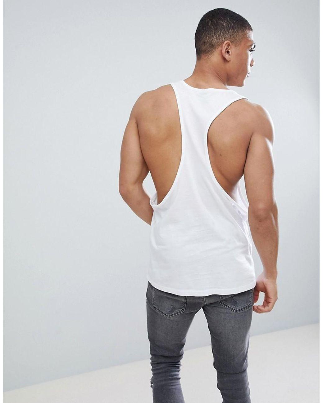 Camiseta negra sin mangas anudada en la parte trasera