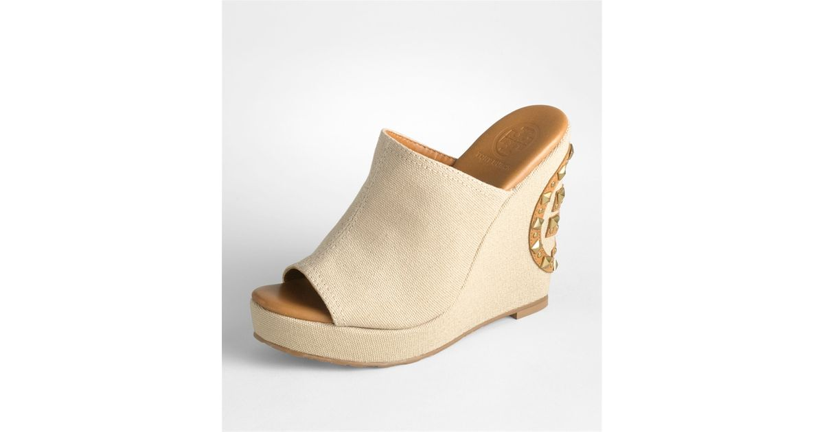 b09fe574be5 Lyst - Tory Burch Meredith Studded Logo Wedge in Natural