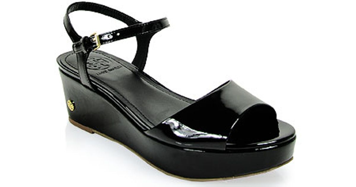 641e132cc Tory Burch Abena Low Wedge Patent Leather Sandal in Black in Black - Lyst