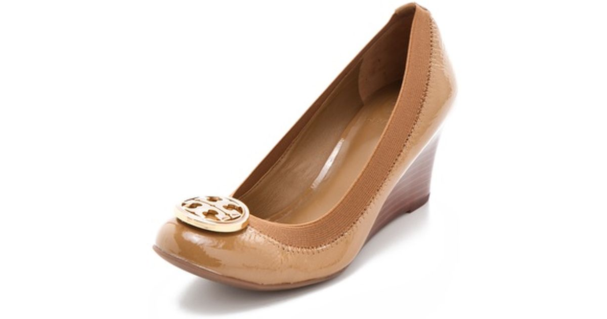 6588de202a48b Lyst - Tory Burch Caroline Wedge Pumps in Natural
