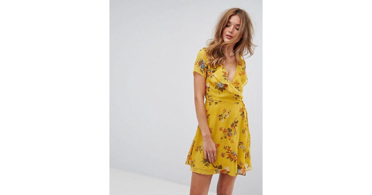 design de qualité 30490 eabb3 Robe cache-cœur courte avec volants et fleurs Pimkie en coloris Yellow