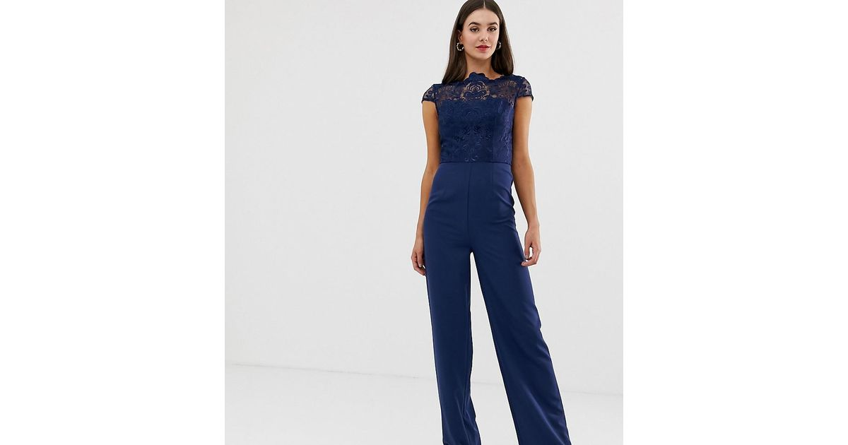 low priced 8b750 f1beb Chi Chi London Blue Hochgeschlossener 2-in-1-Jumpsuit aus Spitze in  Marineblau