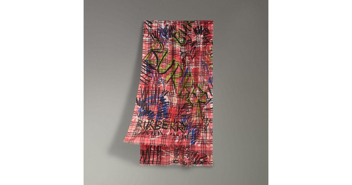 Lyst - Écharpe en laine et soie à motif Vintage check et imprimé graffiti  Burberry 23ce988b78e