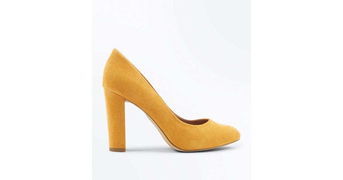 f409b603e569 New Look Wide Fit Mustard Suedette Block Heel Courts in Metallic - Lyst