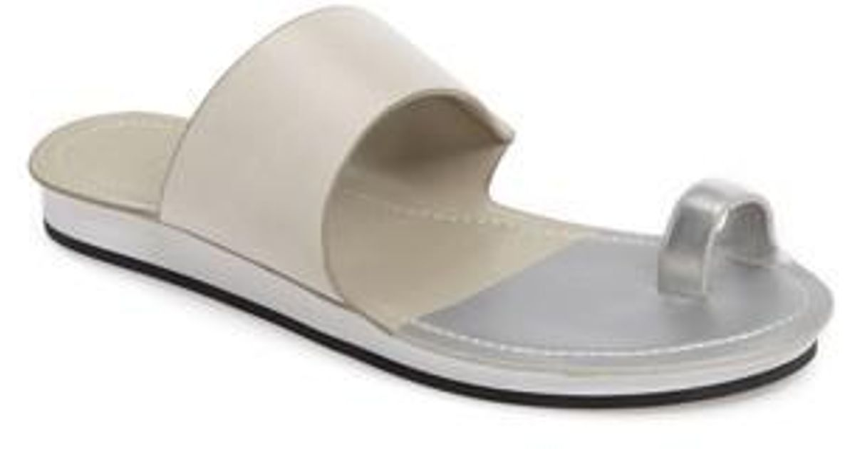 1.State Dilan Toe Loop Sandal