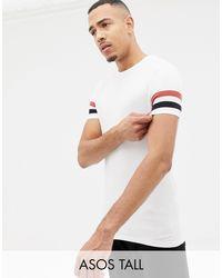 Camiseta ajustada blanca con rayas en contraste en las mangas ASOS de hombre de color White