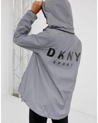 DKNY - Metallic Reflektierende Kapuzenjacke mit Logo hinten - Lyst