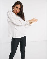 Blusa con pizzo e maniche ampie bianca di Y.A.S in White