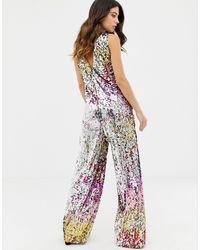 Tuta jumpsuit vestibilità comoda con paillettes arcobaleno di TFNC London in Multicolor