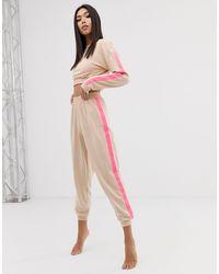 Ensemble confort sweat-shirt court et jogger à bandes fluo sur les côtés ASOS en coloris Pink