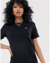 Robe t-shirt à logo et bordures contrastantes Fred Perry en coloris Black