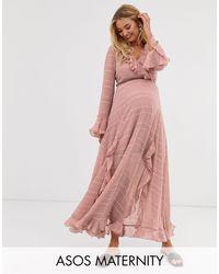 ASOS DESIGN Maternity - Robe cache-cœur longue à volants et rayures ton sur ton ASOS en coloris Pink