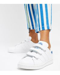 best loved 20fe1 cbaf0 Women's Stan Smith Velcro Sneakers In White And Blue