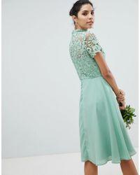 Vestido midi con diseño 2 en 1 y cuello subido en encaje de croché Chi Chi London de color Green