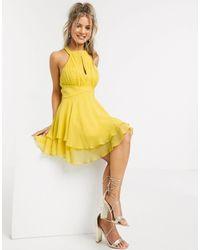 Vestido corto plisado con cuello halter con abertura y falda suave a capas en mostaza ASOS de color Yellow