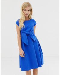 Vestito a maniche corte con scollo a V sul retro e fiocco davanti di Closet in Blue