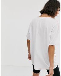 Camiseta extragrande con costuras en contraste y gráfico en parte delantera Noisy May de color White