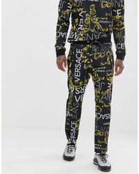 Joggers ajustados negros con estampado integral del logo Versace Jeans de hombre de color Black