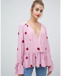 Blusa cruzada extragrande de lunares con bajo asimétrico ASOS de color Pink