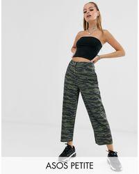 ASOS DESIGN Petite - Pantaloni mimetici con gamba dritta e fondo grezzo di ASOS in Multicolor