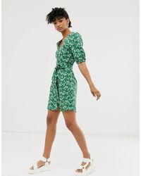 Monki Green – Kurzes, grünes Hemdkleid mit Blümchenmuster und Bindegürtel