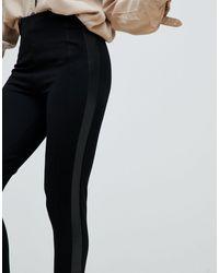 Legging avec bandes latérales en similicuir Stradivarius en coloris Black