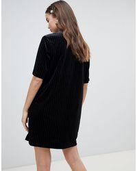 Robe t-shirt en velours à fines rayures Monki en coloris Black