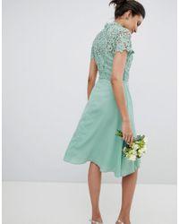 Vestido midi 2 en 1 de encaje de croché con cuello subido Chi Chi London de color Green