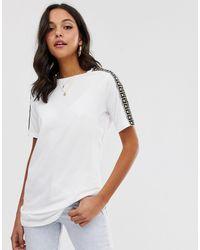 T-shirt bianca con maniche decorate di River Island in White