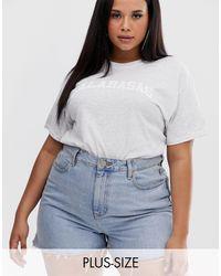 Camiseta gris marga con eslogan Calabasas PrettyLittleThing Plus de color Multicolor