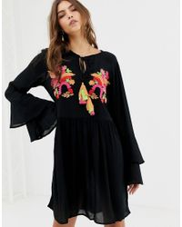 Vestito grembiule ricamato di Glamorous in Black