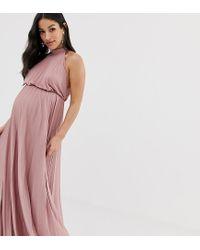ASOS DESIGN Maternity - Robe longue plissée à col montant ASOS en coloris Pink