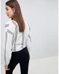 Blusa a righe con allacciatura laterale di New Look in White