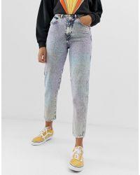 Mom jeans stonewash arcobaleno di Wrangler in Blue