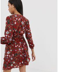 Robe à fleurs avec volants superposés et col V - Rouge PRETTYLITTLETHING en coloris Brown