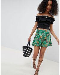 New Look Green – Shorts mit tropischem Muster und gerüschtem Saum