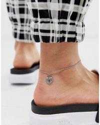 ASOS Metallic Silberfarbenes Fußkettchen mit Schloss-Anhänger in Kristalloptik