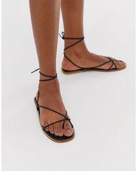 Missguided Black – Flache, schwarze Sandalen mit Beinschnürung