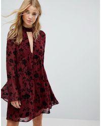 Vestido amplio con diseo en devor de terciopelo de efecto arrugado de Honey Punch de color Red
