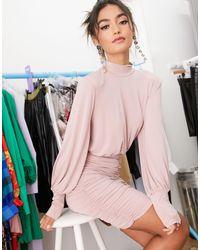 Robe courte moulante froncée à encolure haute John Zack en coloris Pink
