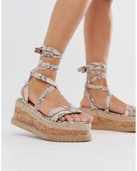 Espadrilles plateformes style sandales nouées à la cheville motif peau PRETTYLITTLETHING en coloris Multicolor