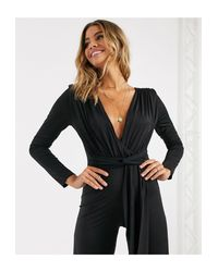 I Saw It First Black – Weich fallender Jumpsuit mit Schulterpolstern