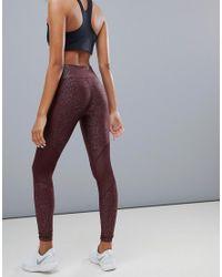 Power - Legging avec empiècements en tulle et imprimé - Bordeaux Nike en coloris Purple