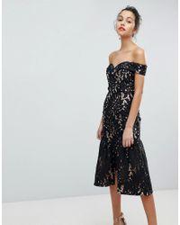 Robe de bal de promo mi-longue encolure Bardot en dentelle ajoure avec ourlet volants Jarlo en coloris Black