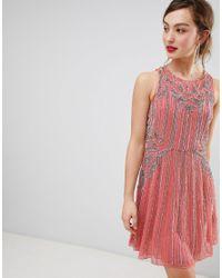 Vestido con vuelo y adornos Frock and Frill de color Pink