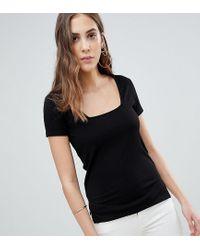 T-shirt a coste fantasia con collo squadrato di ASOS in Black