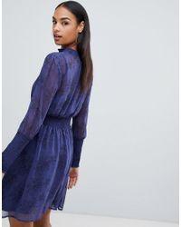 Robe en mousseline avec liens à l'encolure et motif à fleurs - Bleu Boohoo en coloris Blue