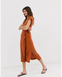 Vestito midi a portafoglio a maniche corte ruggine di Monki in Brown