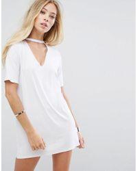 Vestido estilo camiseta holgado con detalle de gargantilla de Glamorous de color White