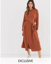 Vestito camicia midi con cintura e tasche ruggine di Monki in Brown